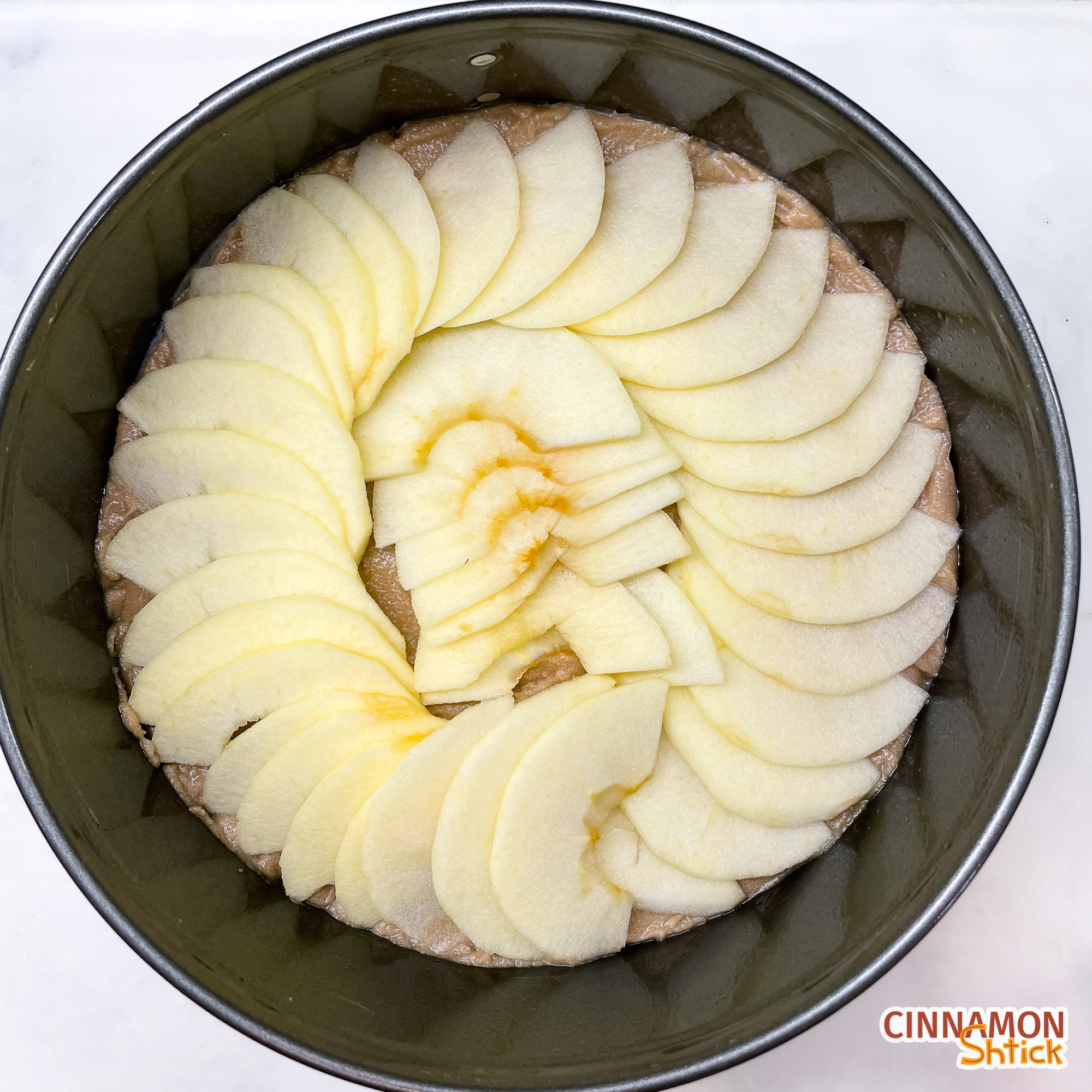 apples arranged decoratively in the springform pan